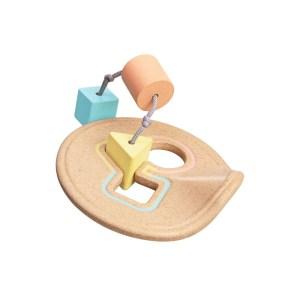 """Der """"Shape Sorter"""" von Plantoys lässt die Kleinen den Zusammenhang zwischen Form und Farbe erlernen. Das Produkt eignet sich für Kinder ab sieben Monaten. Ca. 15 Euro. www.plantoys.com"""