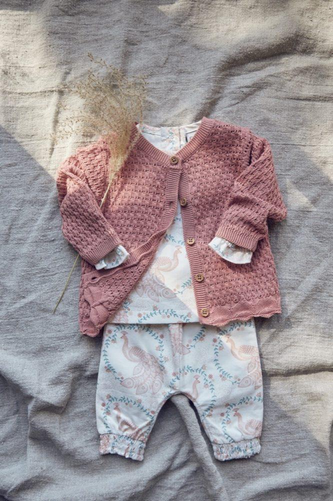 Einen romantischen Look ergibt das gemusterte Outfit von Fixoni durch zarte Farbtöne und feinlinige Prints.