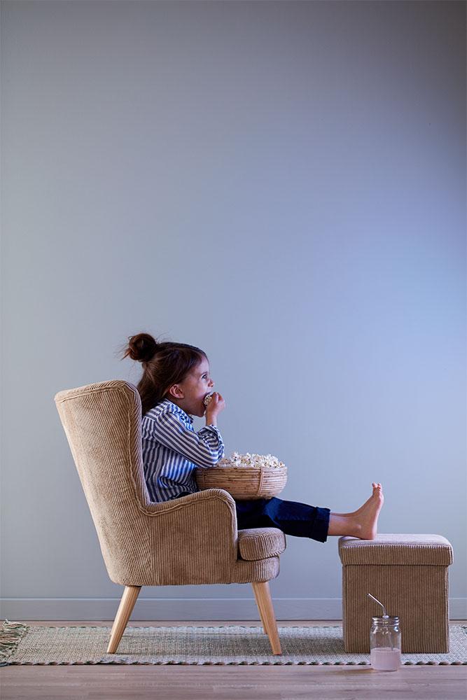 Wenn es ausnahmsweise Fernsehen gibt: Kordsessel und passender Fußhocker mit Storage-Ablage für Kinder zwischen 4 und 8 Jahren von Kid's Concept.