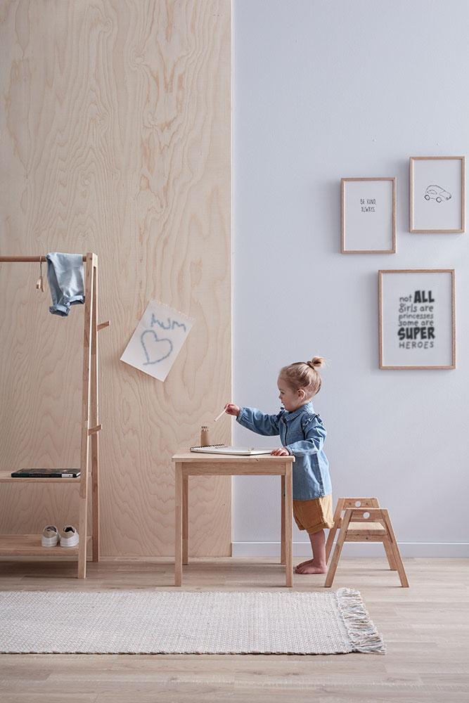 """Tisch und Stühl aus der """"Saga""""-Serie von Kid's Concept. Ab 2 Jahren, bis ca. 6 Jahre."""