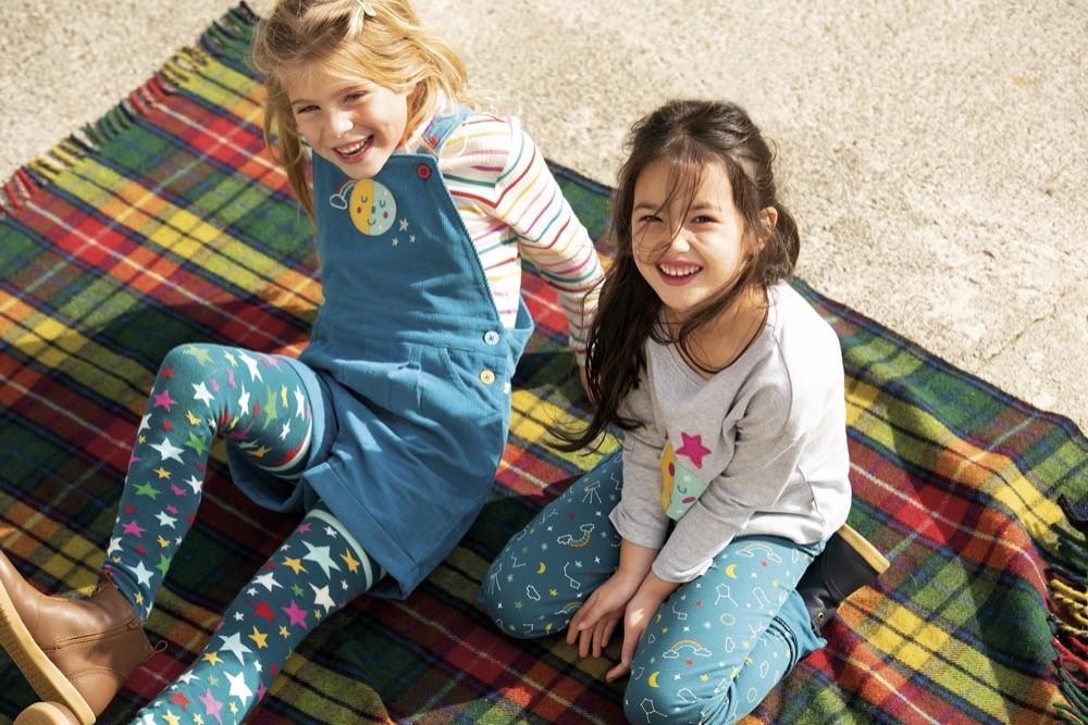 Frugi zeigt auch in der aktuellen Herbst- und Winterkollektion, dass das britische Label für farbenfrohe Outfits steht.