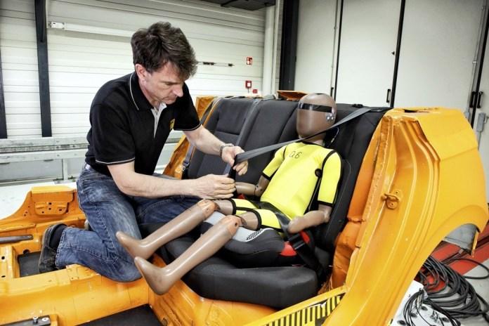 Vorbereitung Kindersitze für Crash Test ADAC Technik Zentrum Landsberg, am 17.05.2021