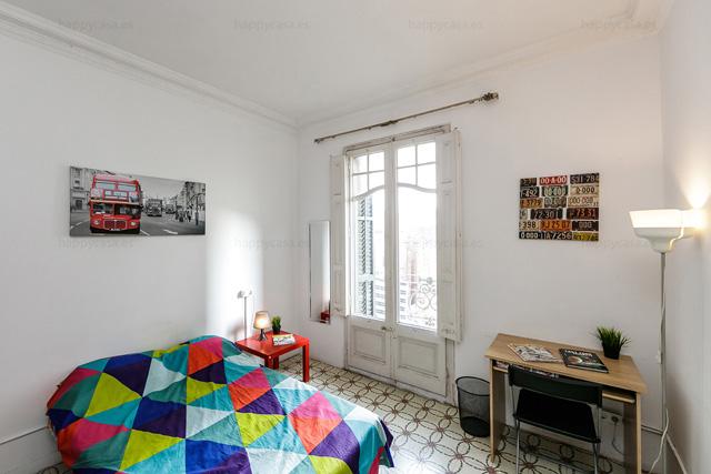 Habitación luminosa con balcón en piso compartido Barcelona