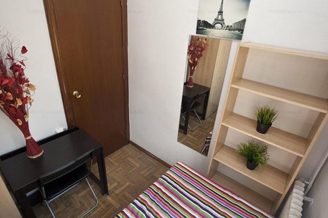 Dormitorio en alquiler Barcelona cama individual armario Marina