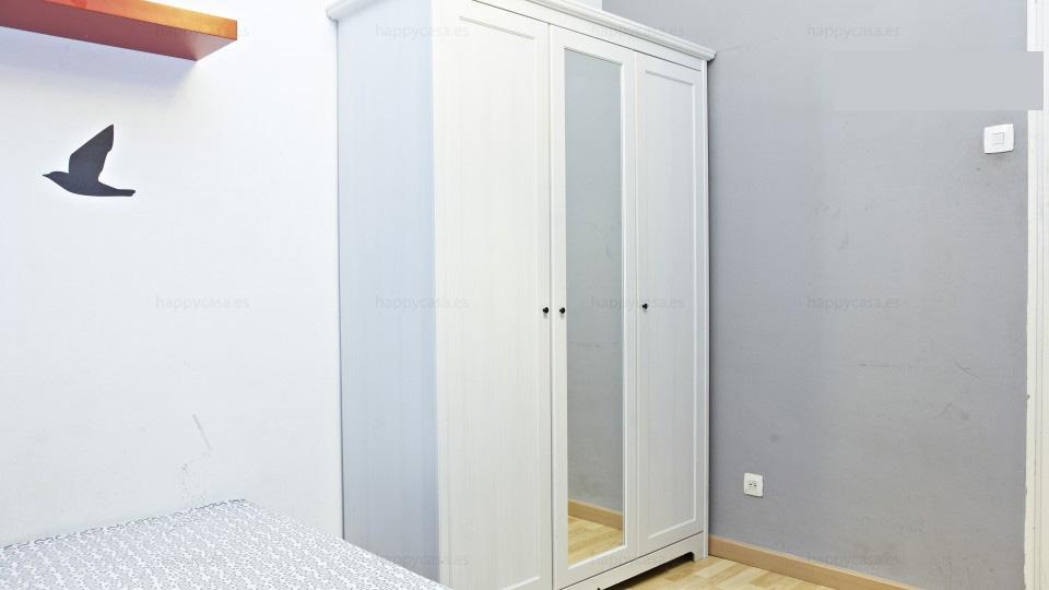 Chambre avec grande armoire appartement à louer Barcelone centre gracia