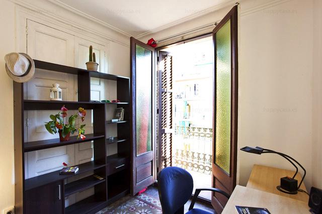 Dormitorio grande en piso central Barcelona zona céntrica L1