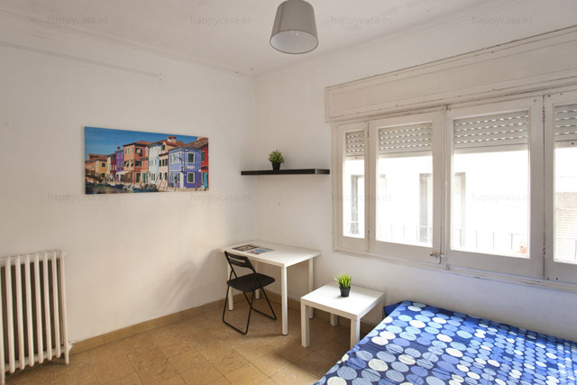 Dormitorio grande en piso central Barcelona WIFI Happycasa