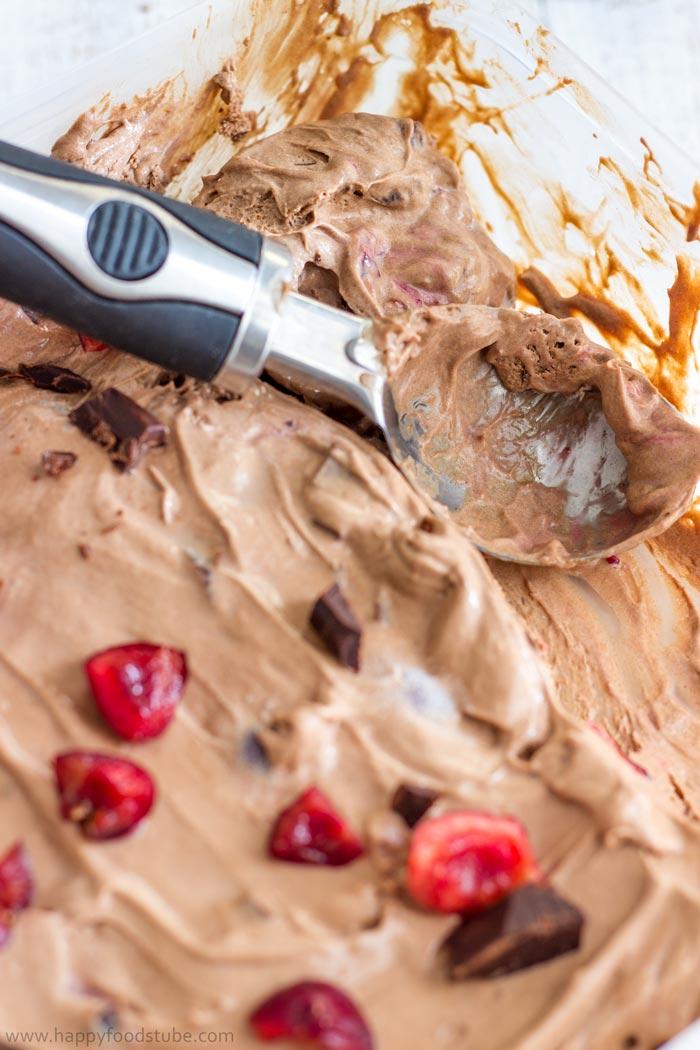 No Churn Chocolate Cherry Ice Cream. Vegetarian. No Eggs! ❤ | happyfoodstube.com