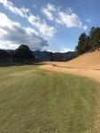冬なのにゴルフ場のフェアウェイが緑色なのはなんで?