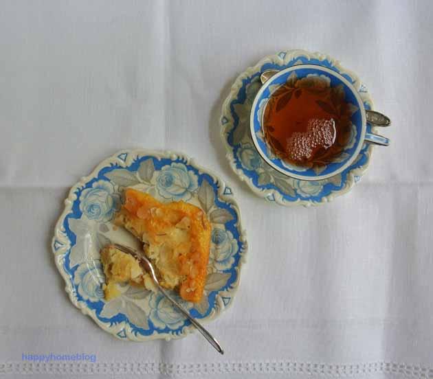 Rhabarber Apfel Becherkuchen auf Vintage Sammeltassen Porzellan von Oma im happyhomeblog