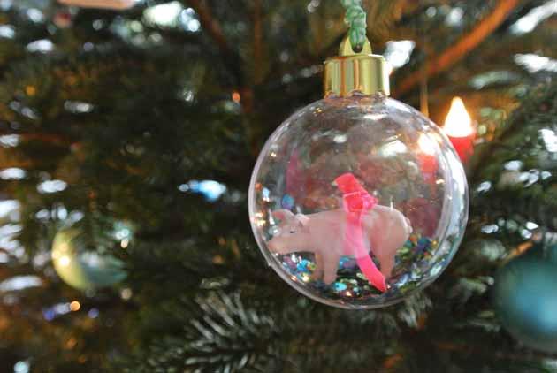 Weihnachtsbaumkugel mit Glücksschwein