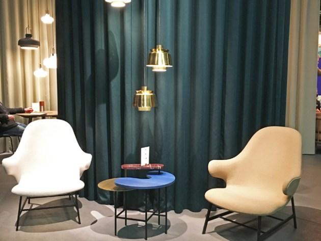 Trends von der IMM Cologne 2017: Dunkle Farben mit Pastelltönen kombiniert. 2 Sessel und ein Tisch vor einem dunkelgrünen Vorhang gesehen bei &tradition
