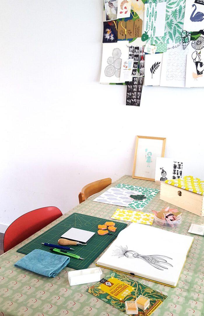 Aan de tekentafel Loes van Oosten Werktafel thuis HappyMakersBlog