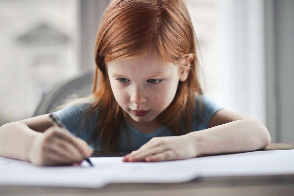 Petite fille dyslexique qui ecrit