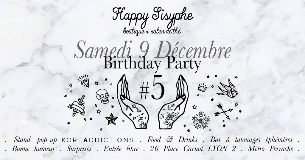 Samedi 9 Décembre 2017, venez célébrer avec nous les 5 ans de Happy Sisyphe ! S T A N D P O P - U P K O R E A D D I C T I O N S Pour l'occasion, nous accueillons un cutie petit stand des cosmétiques coréens de l'E-shop lyonnais qui a ouvert à la rentrée : www.koreaddictions.fr Déborah, la créatrice du site, sera là pour vous conseiller et vous parler de sa sélection beaucoup trop mignonne ! F O O D & D R I N K S Comme à notre habitude, on vous prépare des gourmandises et de quoi trinquer à nos 5 ans passés avec vous ♡ B A R À T A T O U A G E S É P H É M È R E S Parce que c'est fun et qu'on adore les tatouages, vous pourrez vous faire tatouer sans pression gratuitement et sans douleur ! Vous êtes plutôt coeur anatomique badass ou bouquet de roses romantique ? A vous de choisir parmi le gros gros choix de motifs choisis pour l'évènement. B O N N E H U M E U R Évidemment ! S U R P R I S E S C'est plus des surprises si je vous le dis ☺ E N T R É E L I B R E La boutique ouvre à 10h30 mais nous seront opérationnelles à partir de 14h et on sortira le pétillant vers 18h. S E E Y A ♡