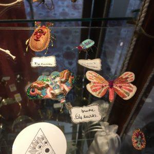 Broche Papillon IPIKAN Rose blanc bleu vert perles fil doré fait-main Happy Sisyphe Boutique Lyon