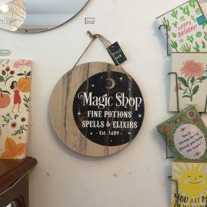 Panneau à suspendre Magic Shop Sorcière Happy Sisyphe Boutique Lyon