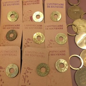 Pin's L'Apothicaire des Souvenirs Happy Sisyphe Boutique Lyon