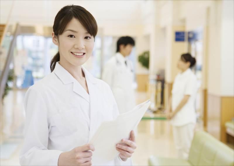 クレアチニンクリアランスを測定する女医