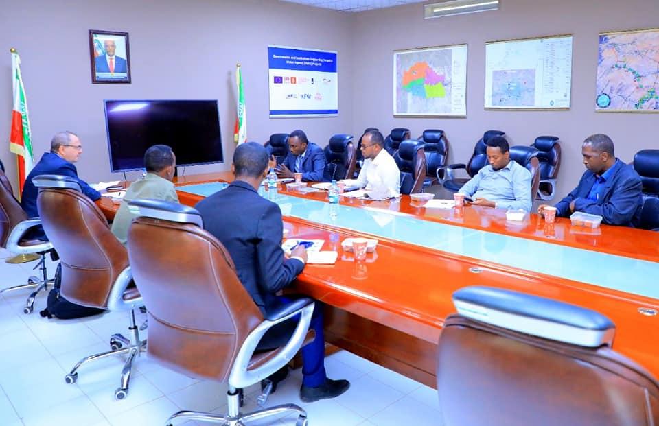 Somaliland : Maareeyaha Wakaaladda Biyaha Hargeysa Oo Xafiiskiisa Ku Qaabilay Madaxa Shirkadda Razel Water Solutions