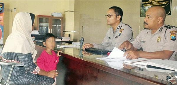 Warga Tenggarong, Tutik Zakariyah yang datang bersama anaknya, melapor ke Polres Probolinggo, Jawa Timur.