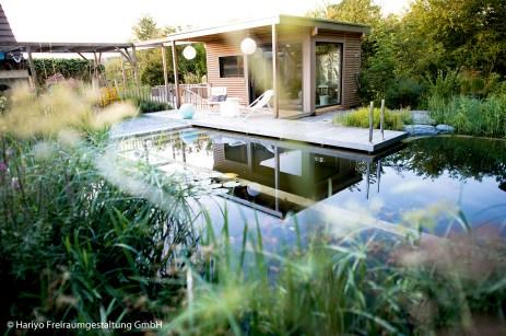 Saunagarten mit Saunahäuschen und Schwimmteich
