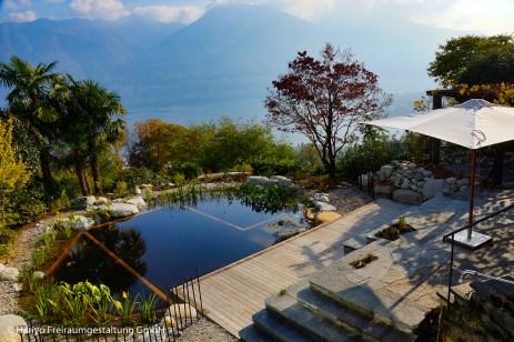 Naturgarten und Schwimmteich passen herrlich in die Tessiner Landschaft