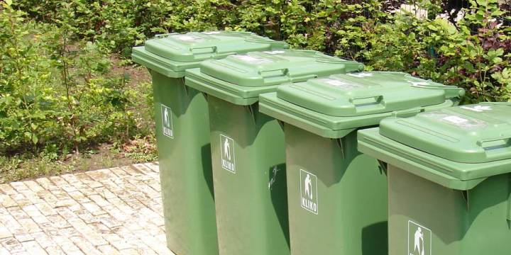 Volle en stinkende afvalcontainer met de feestdagen