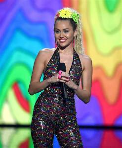 vma-miley-cyrus-host-150830-01_538f4b2266959aad285a976fe93c077b.today-inline-large