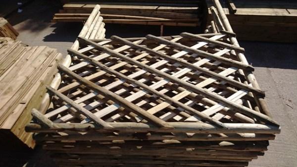 Rustic trellis panel including legs