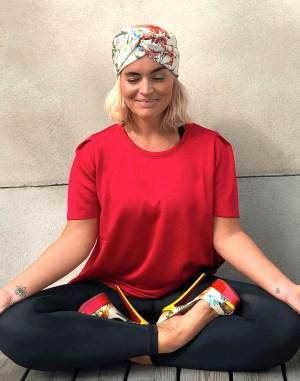 Emila_Yoga-pose_highheel_rödpuffTop