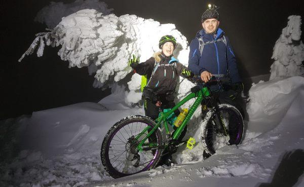 Mountainbiker im Schnee