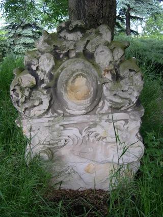 Bild: Historische Grabsteine auf dem Burgberg von Bösenburg.