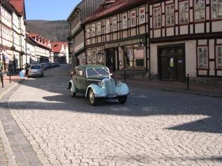 Bild: Wie in vergangenen Tagen. Ein IFA F8 in den Gassen von Stolberg im Harz.