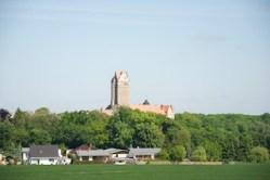 Bild: Stolz wie der Hahn der Großtrappe erhebt sich das Schloss Plötzkau mit seinem imposanten Bergfried über die Saaleaue.