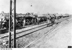 Bild: Anschlag auf einen Güterzug während der Märzkämpfe in Mitteldeutschland. Under the licence of Commons:Bundesarchiv. Bundesarchiv, Bild 119-2303E / unbekannt / CC-BY-SA.