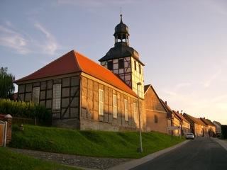 Bild: Büste des Dichters Gottfried August Bürger an der Dorfkirche von Molmerswende. © 2007 by Bert Ecke.