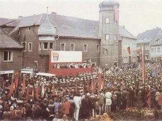 Bild: Großkundgebung zu Ehren der Fahne von Kriwoi Rog vor dem Rathaus der Stadt Gerbstedt in den 1970er Jahren.