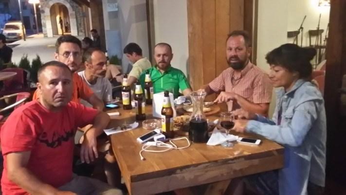 Mestia meydanda bulunan Laila Cafe'de yöresel tadların keyfine varabilirsiniz.Yöresel müziklerde canlı performans dinlenebilir.Sevgili dostumuz Mustafa Kalaycı'da(Tafa)bizi ziyarete gelmiş.