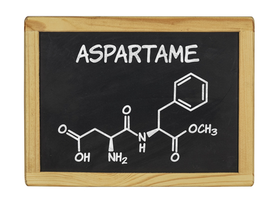 the chemical imbalance caused by the artificial sweetener aspartame The theory behind why artificial sweeteners like aspartame are linked to these brain disorders is that they cause changes in the amounts of norepinephrine, dopamine, and other chemicals in certain brain regions, resulting in imbalances that create mood disorders.
