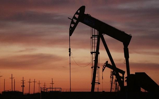 تخمة المعروض تهبط بأسعار النفط