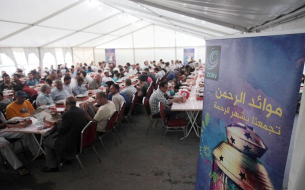 زين تشارك المواطنين الإفطار من خلال موائد الرحمن