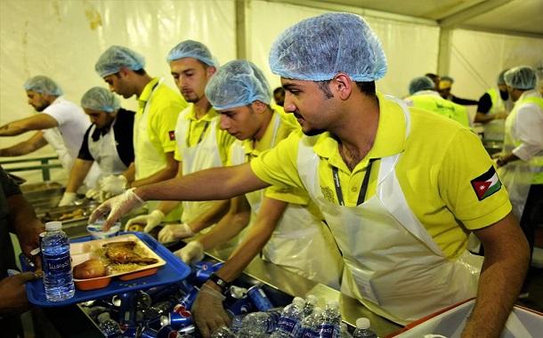 موظفو أمنية يتطوعون لإطعام الأسر العفيفة في تكية أم علي - صور