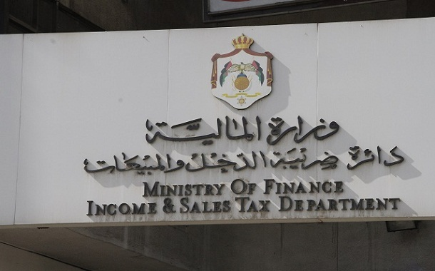 الضريبة تتوقف عن استقبال أي دفعات تزيد عن 5 آلاف دينار نقدا أو شيكات