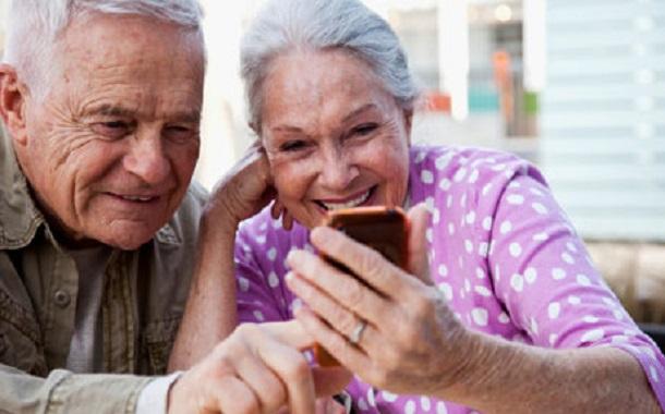 فيسبوك....... يكسر وحدة كبار السن ويشعرهم بالسعادة