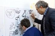 أطفال ''مبدعي التوحد'' يشاركون فناني الكاريكاتير رسوماتهم