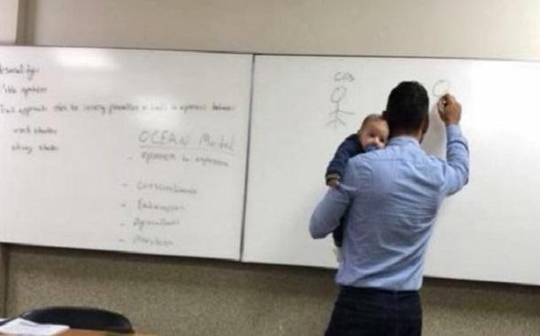 صورة لطفل يغفو على كتف أستاذ جامعي.......