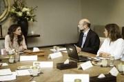 الملكة رانيا تستمع لملخص انجازات الاستراتيجية الوطنية لتنمية الموارد البشرية