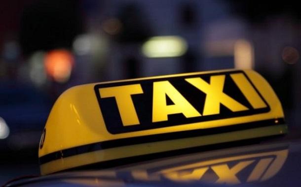 مدير النقل البري يكرم سائق تكسي أعاد مصاغ ذهبية لأصحابها