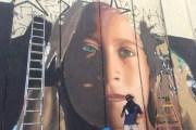 لوحة لعهد التميمي على جدار الفصل قبل الافراج عنها